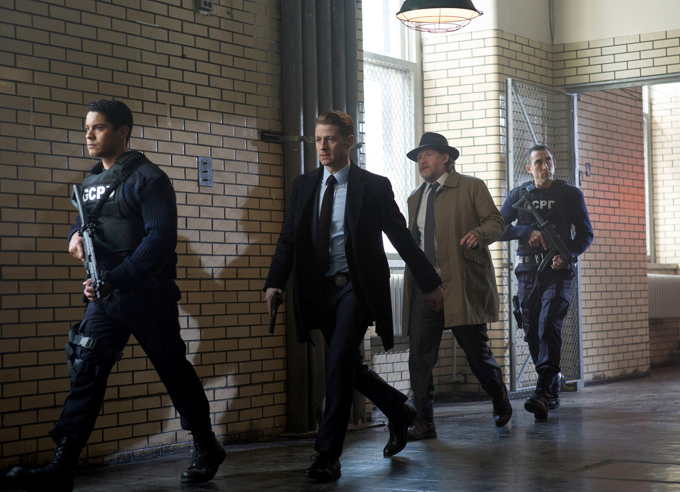 GOTHAM: Center L-R: Ben McKenzie and Donal Logue in the ÒWrath of the Villains: A Dead Man Feels No ColdÓ episode of GOTHAM airing Monday, March 7 (8:00-9:01 PM ET/PT) on FOX. ©2016 Fox Broadcasting Co. Cr: FOX.